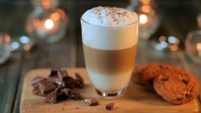 καυτό cappucino coffe latte με oatmeal τα μπισκότα και κομμάτια σοκολάτας σε ένα διαφανές γυαλί _ φιλμ μικρού μήκους