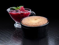 Καυτό cupcake με την άσπρη σοκολάτα εσωτερική και Redbearidge στοκ εικόνα με δικαίωμα ελεύθερης χρήσης