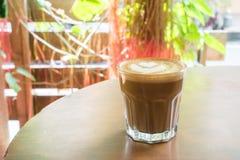 Καυτό latte με την τέχνη μορφής καρδιών latte Στοκ Φωτογραφίες