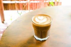 Καυτό latte με την τέχνη μορφής καρδιών latte Στοκ εικόνα με δικαίωμα ελεύθερης χρήσης