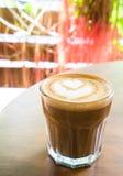 Καυτό latte με την τέχνη μορφής καρδιών latte Στοκ εικόνες με δικαίωμα ελεύθερης χρήσης