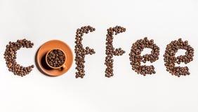 Καφές λέξης που γίνεται από τα φασόλια καφέ και το φλυτζάνι με τα σιτάρια καφέ Στοκ εικόνες με δικαίωμα ελεύθερης χρήσης