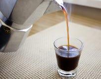 Καφές από το δοχείο moka Στοκ Εικόνα
