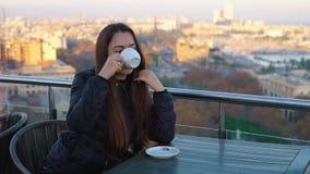 Καφές γυναικείας κατανάλωσης στον υπαίθριο καφέ με την καταπληκτική άποψη στη Βαρκελώνη απόθεμα βίντεο