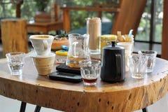 Καφές εξαρτήσεων γυαλιού καφέ σταλαγματιάς στη καφετερία, ποτό στοκ εικόνα με δικαίωμα ελεύθερης χρήσης