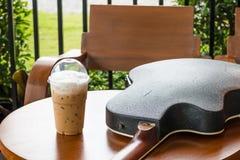 Καφές και ακουστική κιθάρα στοκ φωτογραφίες με δικαίωμα ελεύθερης χρήσης