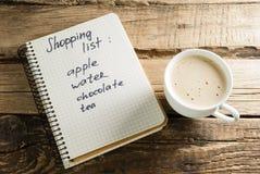 Καφές και ημερολόγιο σημειωματάρια Μια σημείωση Κατάλογος αγορών στοκ εικόνες