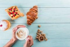 Καφές και κέικ για το πρόγευμα, τοπ άποψη, διάστημα για τη διαφήμιση στοκ φωτογραφίες με δικαίωμα ελεύθερης χρήσης