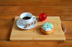Καφές και κέικ σε έναν ξύλινο πίνακα Στοκ φωτογραφία με δικαίωμα ελεύθερης χρήσης