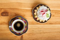 Καφές και κέικ στον καφετή ξύλινο πίνακα Στοκ φωτογραφία με δικαίωμα ελεύθερης χρήσης
