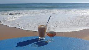 Καφές και κονιάκ το απόγευμα θαλασσίως, Αλγκάρβε, Πορτογαλία Στοκ φωτογραφία με δικαίωμα ελεύθερης χρήσης