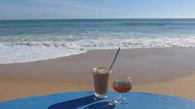Καφές και κονιάκ το απόγευμα θαλασσίως, Αλγκάρβε, Πορτογαλία Στοκ Εικόνες