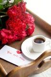 Καφές και κόκκινα τριαντάφυλλα για την αγαπημένη γυναίκα Στοκ Εικόνες