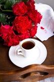 Καφές και κόκκινα τριαντάφυλλα για την ημέρα του βαλεντίνου στοκ εικόνα με δικαίωμα ελεύθερης χρήσης