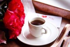 Καφές και κόκκινα τριαντάφυλλα για την ημέρα του βαλεντίνου στοκ εικόνες
