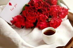 Καφές και κόκκινα τριαντάφυλλα για την ημέρα του βαλεντίνου στοκ φωτογραφίες με δικαίωμα ελεύθερης χρήσης