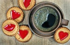 καφές και μπισκότα πρωινού με μια καρδιά Συγχαρητήρια την ημέρα βαλεντίνων ` s Διαστήματα αντιγράφων Τοπ όψη στοκ εικόνες