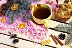 Καφές και μπισκότα τα Χριστούγεννα διακοσμούν τις φρέσκες βασικές ιδέες διακοσμήσεων Στοκ Εικόνες