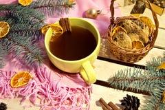 Καφές και μπισκότα τα Χριστούγεννα διακοσμούν τις φρέσκες βασικές ιδέες διακοσμήσεων στοκ φωτογραφία με δικαίωμα ελεύθερης χρήσης
