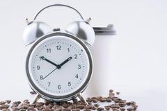 Καφές και ξυπνητήρι που περιμένουν από κοινού Στοκ φωτογραφία με δικαίωμα ελεύθερης χρήσης