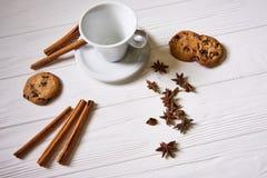 Καφές και πρόχειρα φαγητά στον πίνακα στο νέο πίνακα έτους Στοκ φωτογραφίες με δικαίωμα ελεύθερης χρήσης