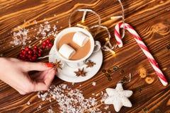 Καφές και πρόχειρα φαγητά στον πίνακα στο νέο πίνακα έτους Στοκ Φωτογραφίες