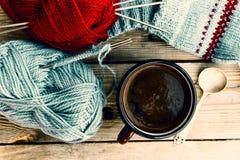 Καφές και πλέξιμο Στοκ φωτογραφίες με δικαίωμα ελεύθερης χρήσης