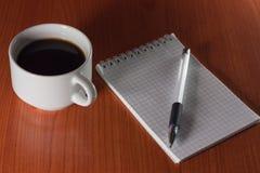Καφές και σημειωματάριο Στοκ φωτογραφία με δικαίωμα ελεύθερης χρήσης