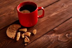 Καφές και σπιτικά μπισκότα με τη σοκολάτα Χειροποίητα μπισκότα σοκολάτας και φλυτζάνι του espresso στον ξύλινο πίνακα στοκ φωτογραφία με δικαίωμα ελεύθερης χρήσης