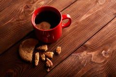 Καφές και σπιτικά μπισκότα με τη σοκολάτα Χειροποίητα μπισκότα σοκολάτας και φλυτζάνι του espresso στον ξύλινο πίνακα στοκ φωτογραφίες με δικαίωμα ελεύθερης χρήσης
