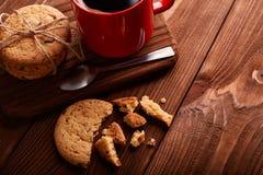 Καφές και σπιτικά μπισκότα με τη σοκολάτα Χειροποίητα μπισκότα σοκολάτας και φλυτζάνι του espresso στον ξύλινο πίνακα στοκ εικόνες με δικαίωμα ελεύθερης χρήσης