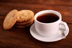 Καφές και σπιτικά μπισκότα με τη σοκολάτα Χειροποίητα μπισκότα σοκολάτας και φλυτζάνι του espresso στον ξύλινο πίνακα στοκ εικόνες