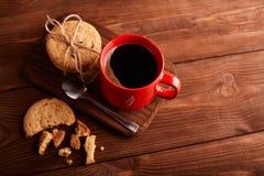 Καφές και σπιτικά μπισκότα με τη σοκολάτα Χειροποίητα μπισκότα σοκολάτας και φλυτζάνι του espresso στον ξύλινο πίνακα στοκ εικόνα