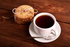 Καφές και σπιτικά μπισκότα με τη σοκολάτα Χειροποίητα μπισκότα σοκολάτας και φλυτζάνι του espresso στον ξύλινο πίνακα στοκ εικόνα με δικαίωμα ελεύθερης χρήσης
