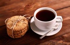 Καφές και σπιτικά μπισκότα με τη σοκολάτα Χειροποίητα μπισκότα σοκολάτας και φλυτζάνι του espresso στον ξύλινο πίνακα στοκ φωτογραφία