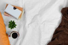 Καφές και σωρός των βιβλίων στο άσπρο κρεβάτι Στοκ Εικόνα