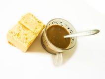 Καφές και τεμαχισμένο βουτύρου κέικ στο άσπρο υπόβαθρο Στοκ Φωτογραφίες