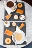 καφές και τσάι ζευγών που εξυπηρετούνται με τα κέικ ζύμης Στοκ Εικόνες