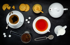 Καφές και τσάι με τα μπισκότα και το γάλα Στοκ φωτογραφίες με δικαίωμα ελεύθερης χρήσης