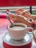 Καφές και χρησιμοποίηση κινητοί στοκ εικόνα