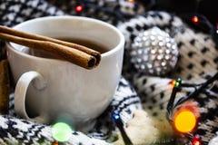 Καφές και cinamon στις διακοσμήσεις Χριστουγέννων στοκ εικόνα με δικαίωμα ελεύθερης χρήσης