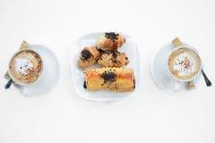 Καφές και croissant σε ένα άσπρο υπόβαθρο Στοκ Φωτογραφίες