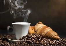 Καφές και croissant Στοκ εικόνα με δικαίωμα ελεύθερης χρήσης