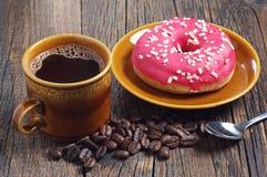 Καφές και doughnut με τη φράουλα Στοκ φωτογραφία με δικαίωμα ελεύθερης χρήσης