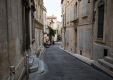 Καφές και restautants στην παλαιά πόλη Arles στην Προβηγκία στο νότο της Γαλλίας Στοκ Φωτογραφία