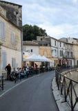 Καφές και restautants στην παλαιά πόλη Arles στην Προβηγκία στο νότο της Γαλλίας Στοκ φωτογραφίες με δικαίωμα ελεύθερης χρήσης