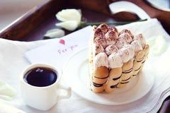 Καφές και tiramisu στο δίσκο Στοκ Εικόνες