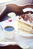 Καφές και tiramisu στο δίσκο Στοκ Φωτογραφία