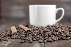 Καφές, κανέλα και φασόλια Στοκ φωτογραφία με δικαίωμα ελεύθερης χρήσης