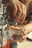 καφές ΚΑΠ που γειώνεται κατασκευή του ύδατος μικρών αριθμών Στοκ Φωτογραφία